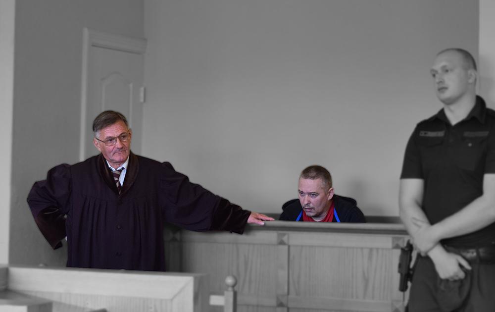 Krasnopjorovs apspriežas ar savu advokātu Genādiju Ivankinu.